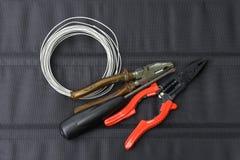 Alte Werkzeuge, Zangen, Schraubenzieher und Draht Lizenzfreie Stockfotos