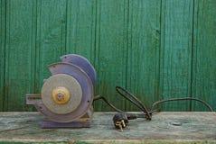 Alte Werkzeugmaschine auf einer Holzbank Stockbilder