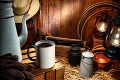 Alte Westkaffeetasse im antiken westlichen Proviantwagen Stockfotografie