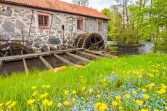 Alte wieder hergestellte Wassermühle in Huseby Bruk in Schweden Lizenzfreies Stockfoto