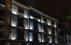 Alte wieder hergestellte Ziegelsteinfassade mit Beleuchtung im zentralen Platz Ca Lizenzfreies Stockfoto