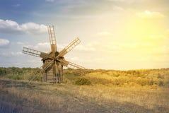 Alte Windmühle auf dem Feld Stockbild