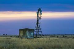 Alte Windmühle auf einem Bauernhof Stockfotos