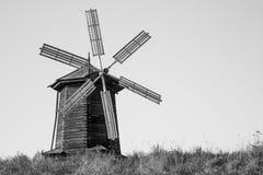 Alte Windmühle auf einem Hügel in Russland Stockfotografie