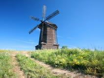 Alte Windmühle in der Landschaft Lizenzfreies Stockfoto