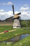 Alte Windmühle in der niederländischen Landschaft Stockfotos