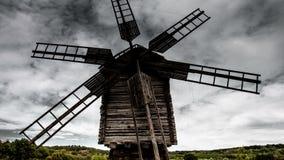Alte Windmühle der Zeitspanne auf dem Hintergrund von drastischen Wolken stock video footage