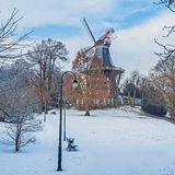 Alte Windmühle in einem parc Stockbilder