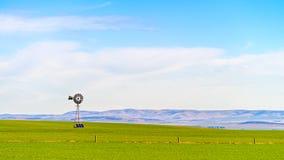 Alte Windmühle mit sloar Batterien Lizenzfreie Stockfotografie