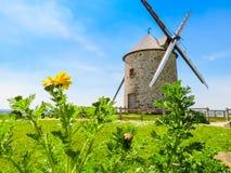Alte Windmühle in Normandie, Frankreich Lizenzfreies Stockfoto