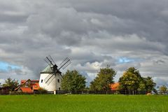 Alte Windmühle - Tschechische Republik Europa Schönes altes traditionelles Mühlhaus mit einem Garten Lesnï-¿ ½ - Tschechische Rep Lizenzfreie Stockfotos