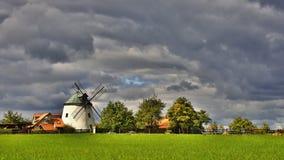 Alte Windmühle - Tschechische Republik Europa Schönes altes traditionelles Mühlhaus mit einem Garten Lesna - Tschechische Republi Stockfotos