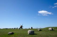 Alte Windmühle und alter Friedhof Lizenzfreie Stockfotografie