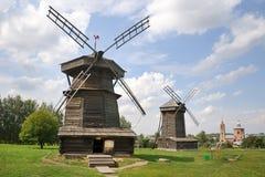 Alte Windmühlen in Folge Lizenzfreies Stockfoto
