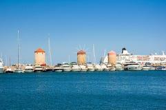 Alte Windmühlen im Hafen von Rodes, Griechenland lizenzfreie stockfotos