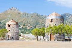 Alte Windmühlen von Elounda Stockfotos