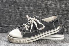 Alte wohle konservierte Schuhe auf dem Textilhintergrund lizenzfreie stockfotografie