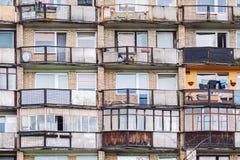 Alte Wohngebäudebalkone und -fenster Stockfotos