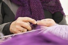 Alte womans Hände, die einen Schal stricken Stockfotografie