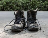 Alte Wrecked kletternde Schuhe stockbild