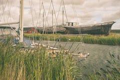 Alte Yacht und Schiffe auf dem Strand Lizenzfreies Stockbild