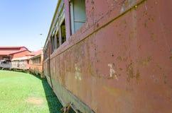 Alte Züge, die Touristenattraktionen auf Estrada de Ferro Made sind Stockfotos