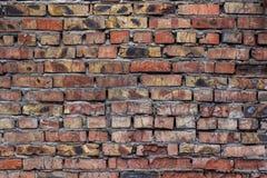 Alte zackige und verfallene Backsteinmauer mit schmutzigen Stellen und Sprung Stockbild
