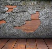 Alte zackige Wand und hölzerner Fußboden Stockfotos