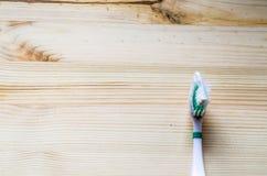 Alte Zahnbürste auf hölzernem Hintergrund Film- Ton Lizenzfreie Stockfotos