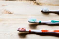 Alte Zahnbürste auf hölzernem Hintergrund Film- Ton Stockfotos