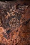 Alte Zeichnungen schnitzten in eine Höhlenwand lizenzfreie stockbilder