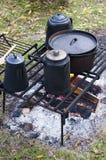 Alte Zeit-hölzernes Lagerfeuer, das, Lager, kampierend kocht Stockfotos