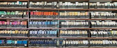 Alte Zeitschriften in einer Bibliothek Stockbilder