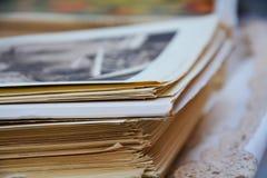 Alte Zeitschriften und unscharfe Fotobeschaffenheit Stockfotografie