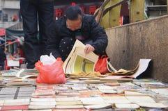 Alte Zeitungen und Bücher für Verkauf Lizenzfreie Stockbilder