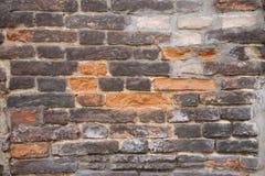 Alte zerbröckelnde Backsteinmauer mit Sprüngen und Chips Lizenzfreie Stockfotos