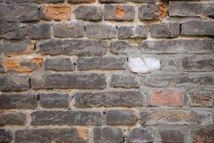 Alte zerbröckelnde Backsteinmauer mit Sprüngen und Chips Lizenzfreie Stockbilder