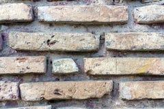 Alte zerbrochene Backsteinmauer Stockbild