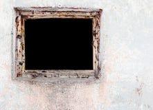 Weggeworfene Ruine mit alten Fenstern und Wand, Fenster in konkretem wal Lizenzfreie Stockfotos