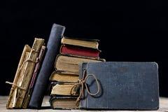 Alte zerstörte Bücher auf einem Holztisch Lesesaalbibliothek mit Lizenzfreies Stockbild