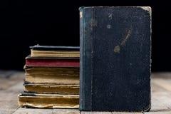 Alte zerstörte Bücher auf einem Holztisch Lesesaalbibliothek mit Stockbild