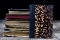 Alte zerstörte Bücher auf einem Holztisch Lesesaalbibliothek mit Stockfotos
