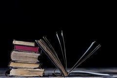 Alte zerstörte Bücher auf einem Holztisch Lesesaalbibliothek mit Stockbilder