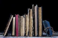 Alte zerstörte Bücher auf einem Holztisch Lesesaalbibliothek mit Stockfotografie
