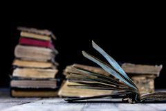 Alte zerstörte Bücher auf einem Holztisch Lesesaalbibliothek mit Lizenzfreie Stockfotos