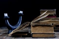 Alte zerstörte Bücher auf einem Holztisch Lesesaalbibliothek mit Lizenzfreie Stockbilder