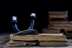 Alte zerstörte Bücher auf einem Holztisch Lesesaalbibliothek mit Lizenzfreie Stockfotografie