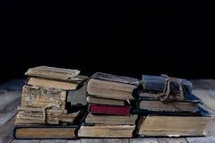 Alte zerstörte Bücher auf einem Holztisch Lesesaalbibliothek mit Lizenzfreies Stockfoto