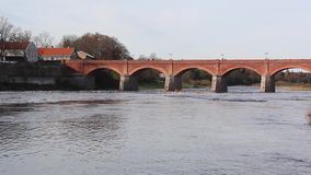 Alte Ziegelsteinbrücke über dem Fluss Venta in der Stadt von timelapse Kuldiga Lettland Video stock footage