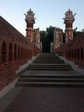 Alte Ziegelsteinbrücke in einem Park in Moskau Lizenzfreie Stockfotografie